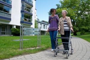 Seniorin vor Pflegeheim